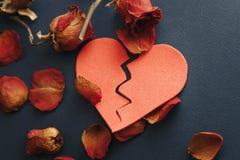 Handen van vrouw, echtgenoot die besluit van scheiding, ontbinding ondertekenen, die huwelijk, wettelijke scheidingsdocumenten, h stock afbeeldingen