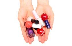 Handen van vrouw en nagellakken op witte achtergrond Stock Foto's