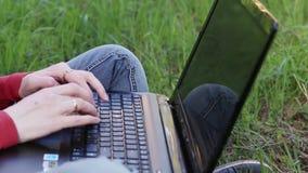 Handen van vrouw het typen op laptop stock video