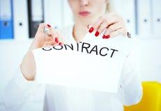 Handen van vrouwelijk geneeskunde artsen scheurend contract Foto met diepte van gebied royalty-vrije stock fotografie
