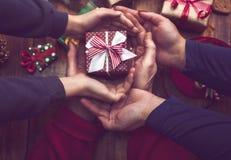 Handen van weinig jongen en vrouw die Kerstmisgiften en Dec verfraaien Royalty-vrije Stock Foto