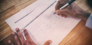 Handen van zakenman die data op kalender merken Royalty-vrije Stock Afbeelding