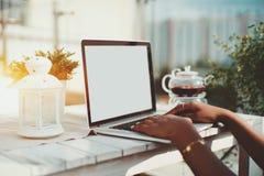 Handen van zwarte meisje het intikken laptop met het lege scherm Royalty-vrije Stock Foto