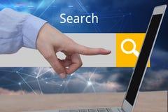 Handen wat betreft een tablet voor de digitale achtergrond van de onderzoeksbar Royalty-vrije Stock Afbeeldingen