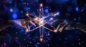 Handen wat betreft wetenschap, netwerkverbinding en gegevensuitwisseling stock foto