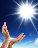Handen, zon en blauwe hemel met exemplaarruimte Stock Afbeeldingen