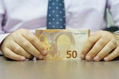Handengreep en tellende euro bankbiljetten royalty-vrije stock afbeeldingen