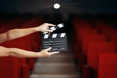 Handenholding Directeur Movie Clapper in Bioskooptheater stock fotografie