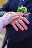 Handenjonggehuwde Bruidegom en bruid Stock Afbeelding