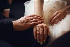 Handenjonggehuwden met ringen royalty-vrije stock foto