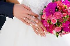 Handenmannen en vrouwen met trouwringen Royalty-vrije Stock Afbeeldingen