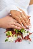 Handenmannen en vrouwen met trouwringen Stock Foto