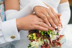 Handenmannen en vrouwen met trouwringen Royalty-vrije Stock Foto