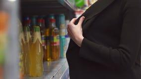 Handenmeisje kleptomaan het winkeldiefstal plegen voedsel stock videobeelden