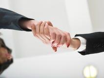 Handenschudden in bureau lage hoek Stock Foto's