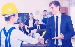 Handenschudden van manager en werknemer stock foto's