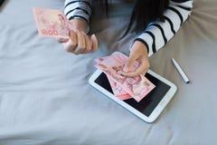 Handenvrouw die Thais geld tellen Royalty-vrije Stock Afbeeldingen