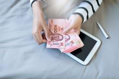 Handenvrouw die Thais geld tellen Royalty-vrije Stock Fotografie