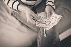 Handenvrouw die Thais geld tellen Stock Fotografie