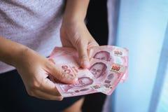 Handenvrouw die Thaise geldbankbiljetten tellen Stock Foto