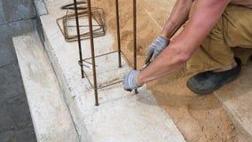 Handerbauer-With Gloves Tied-Rebar-spezielles Gerät auf der Baustelle stock video