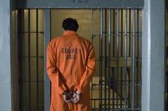 Handfängslad fånge i arrest Arkivfoto