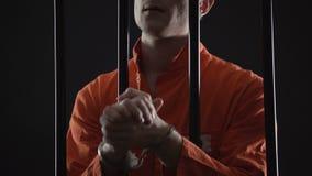Handfängslad fånge som väntar ivrigt på appellationsdomstoldomen som känner sig nervös stock video