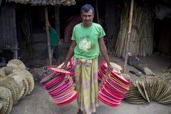 Handfans tas till marknaden som är till salu på Cholmaid i Dhaka's Bhatara Royaltyfri Bild