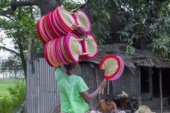 Handfans tas till marknaden som är till salu på Cholmaid i Dhaka's Bhatara Fotografering för Bildbyråer