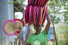 Handfans tas till marknaden som är till salu på Cholmaid i Dhaka's Bhatara Arkivfoton