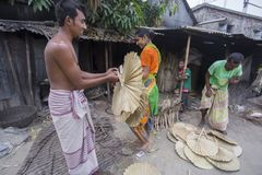 Handfans werden bei Dhaka's Bhatara gemacht, während Mymensingh die Rohstoffe liefert Lizenzfreies Stockbild