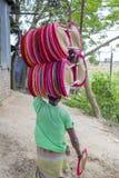Handfans werden bei Dhaka's Bhatara gemacht, während Mymensingh die Rohstoffe liefert Stockfotos