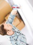 Handfarbtonwand mit Malerpinsel Lizenzfreie Stockbilder