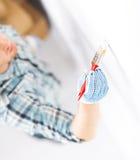 Handfarbtonwand mit Malerpinsel lizenzfreies stockbild