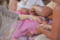 Handfasting Foco selectivo en las manos de la ceremonia de boda tailandesa Imagenes de archivo