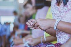 Handfasting Foco seletivo nas mãos do ceremon tailandês da graduação imagem de stock