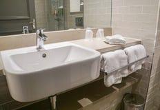Handfat och handduk för lyxig wash keramisk i badrumhotell royaltyfri bild