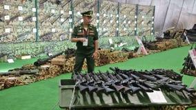 Handfeuerwaffen ergriffen stock video footage
