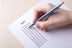 Handfüllendes Testergebnisblatt mit Antworten Stockfoto