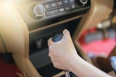 Handfrau auf automatischer Gangschaltung Lizenzfreie Stockfotografie