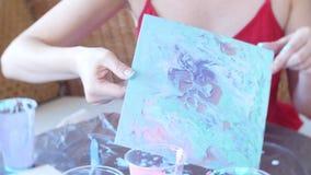 Handfrau bereitet vor und malt Farben f?r das Zeichnen eines Bildes der fl?ssigen Kunst 4k stock video footage