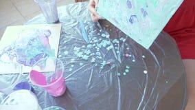 Handfrau bereitet vor und malt Farben f?r das Zeichnen eines Bildes der fl?ssigen Kunst 4k stock footage