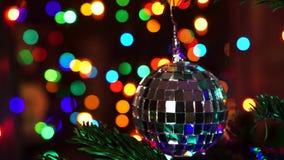 Handfrau, die auf Weihnachtsbaum mit Weihnachtsglühenlichtern verziert stock footage