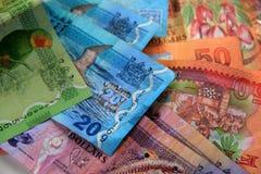 Handfull av färgrika Fijianpengar Arkivfoton