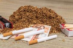 Handfull som röker tobak Royaltyfri Fotografi
