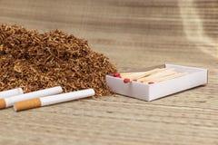 Handfull som röker tobak Royaltyfri Bild