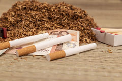Handfull som röker tobak Royaltyfri Foto