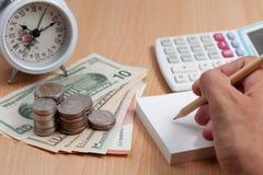 Handgebrauchs-Bleistiftschreiben auf Weißbuchanmerkung und Geschäftsfinanzierung Stockfoto