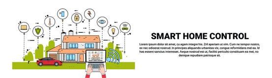 Handgebrauchs-Laptop mit intelligente Hauptsteueranwendungs-moderner Haus-Technologie der Automatisierungs-Konzept-horizontalen F Lizenzfreie Stockfotos