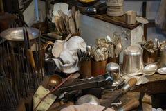 Handgefertigte Einzelteile auf Anzeige am Silberschmied lizenzfreie stockfotos